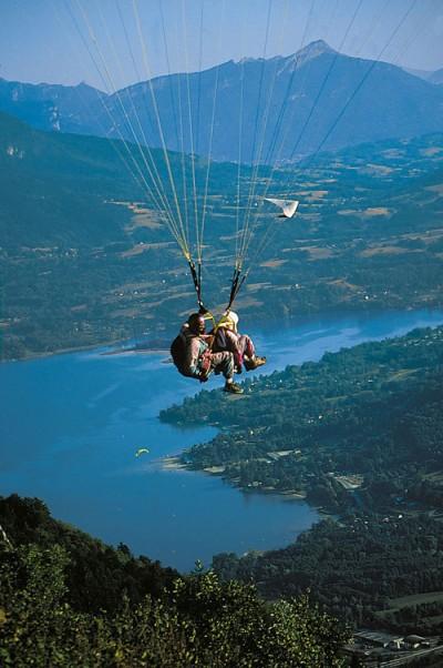 Parapente au dessus du lac d'Aiguebelette- ©JEAN DUFRESNE