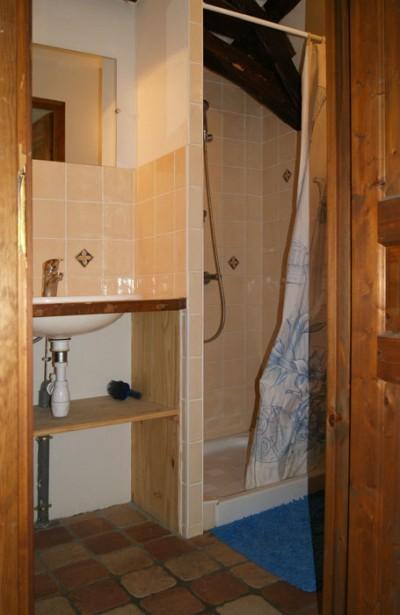 La salle d'eau avec douche